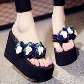 坡跟女夏時尚外穿韓版高跟甜美花朵沙灘防滑厚底涼拖 DN7126【歐爸生活館】