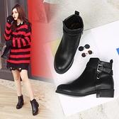 大尺碼女鞋41-48 凱莉密碼 韓版素面簡約皮帶扣飾騎士平底短靴3cm【QZ2072】