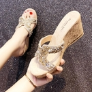 增高拖鞋 厚底楔形涼拖鞋女外穿時尚百搭新款夏季增高厚底水鑚高跟一字拖鞋-Ballet朵朵