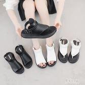 中大尺碼夾趾涼鞋 露趾新款平底黑白兩色平底仙女風一字帶厚底羅馬鞋 DR24236【彩虹之家】