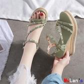 【伊人閣】楔形涼鞋 坡跟涼鞋 厚底鞋 一字帶 高跟 鉚釘鞋