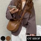 OT SHOP [現貨] 側肩背 斜肩背 斜跨 餃子包 水餃包 純色質感軟皮革 簡約百搭配件 黑/棕色 H2054