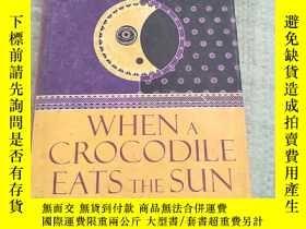 二手書博民逛書店When罕見a crocodile eats the sun: a memoir【當鱷魚吃太陽:回憶錄 精裝 庫存