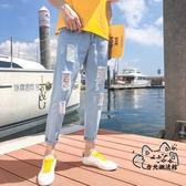 牛仔褲 夏季9九分破洞淺藍色牛仔褲男士韓版修身乞丐小腳褲潮男裝男褲子 VK1216
