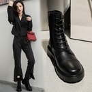 寬楦設計真皮女鞋34~39 2020歐美精典款百搭牛皮雙扣帶環繫帶圓頭中跟馬丁靴 機車靴 短靴靴 ~黑色