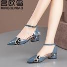 名歐鳥包頭涼鞋女中跟新款女鞋一字扣帶粗跟夏季尖頭中空單鞋 快速出貨