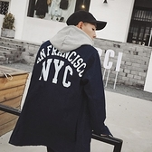 風衣外套-歐美街頭後背字母印花中長版牛仔男大衣73ip79【時尚巴黎】