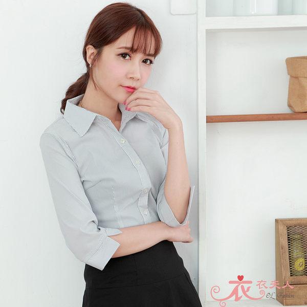*衣衣夫人OL服飾店*【A33613】細直紋七分袖襯衫(灰)48-50吋