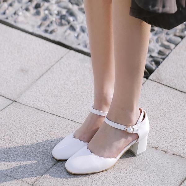 全館83折 小清新森女系花邊圓頭淺口搭扣中空單鞋粗跟中跟一字扣帶包頭涼鞋