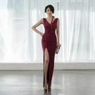 無袖洋裝小禮服 2021春季新款酒紅通勤鉛筆裙斜條斜排扣V領無袖側開叉禮服連身裙