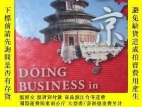 二手書博民逛書店原版英文書《罕見Doing Business in Beijin