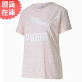 【現貨在庫】PUMA LOGO 女裝 短袖 上衣 休閒 滿版LOGO 粉 歐規【運動世界】59624917