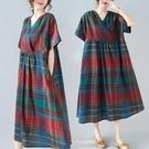 洋裝 中大尺碼女裝 2021夏季新款文藝大碼胖MM寬鬆遮肉棉麻短袖格子中長款連身裙