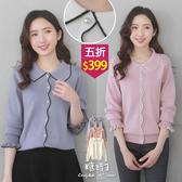 【五折價$399】糖罐子滾邊娃娃領珍珠排釦荷葉針織上衣→現貨【E55097】