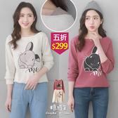 【五折價$299】糖罐子韓品‧配色船領兔子印圖長袖上衣→現貨【E55319】