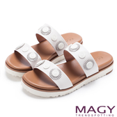 MAGY 異國渡假風 質感牛皮造型裝飾平底拖鞋-白色