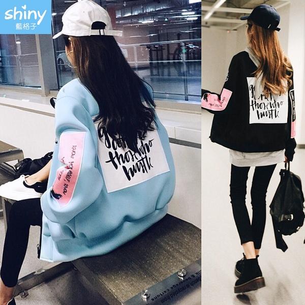 【V2679】shiny藍格子-時尚個性.撞色拼接後字母棒球服外套