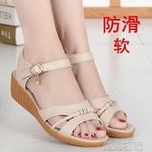 楔型鞋楔型鞋涼鞋女夏季真皮中跟坡跟平底女士中年媽媽軟底防滑牛筋底大碼紓困振興