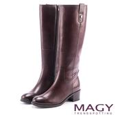MAGY 經典騎士 牛皮四合釦造型粗跟長靴-咖啡