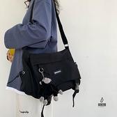 單肩包側背包男日系工裝挎包帆布學生郵差包休閒【愛物及屋】