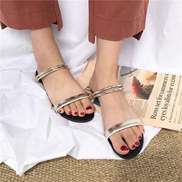 [協貿國際]度假風防滑平底鞋兩穿一字式涼鞋露趾拖鞋休閑涼拖1入