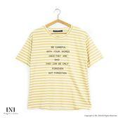 【INI】活潑穿搭、寬版橫紋英文印花舒適上衣.土黃色