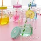 【R】熱銷 復古玻璃把手杯 梅森罐頭瓶 字母吸管水杯 奶茶果汁杯 瓶身浮雕設計杯子 果汁杯