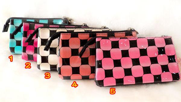 母親節 送手腕掛繩 格紋亮皮 三層化妝包/手機袋/零錢包/收納包/附手提繩/3C數位包