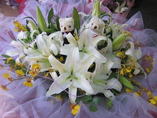 情意花坊網路人氣花店~情人節花束愛妳的心33朵香水百合花束精緻紗網型~贈小熊一對
