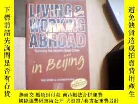 二手書博民逛書店living罕見& working abroad (Surviv