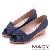 MAGY 成熟女人氣息 細緻設計素雅楔型露趾跟鞋-藍色