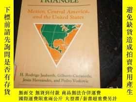 二手書博民逛書店The罕見difficult triangle : Mexico, Central America, and th