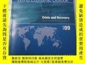 二手書博民逛書店World罕見Economic Outlook Crisis a