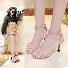 女夏2020新款韓版百搭甜美花邊布面露趾涼鞋一字扣細跟高跟鞋中跟