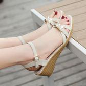 涼鞋女新款坡跟女鞋牛筋底露趾中跟厚底平底舒適防滑媽媽鞋 露露日記