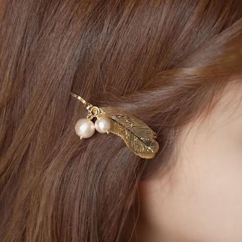 Qmigirl 新款髮飾 韓版復古典雅氣質金色羽毛珍珠邊夾劉海夾髮夾頭飾【QG2071】