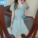 【V3358】shiny藍格子-流行春尚.V領碎花蝴蝶結連身裙洋裝