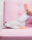 IMPACT Adidas NMD R1 Boost 白 粉 輕量 編織 黑底 百搭 女款 慢跑鞋 EE5109