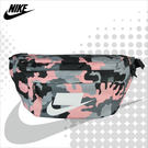 NIKE 腰包 SPORTSWEAR TECH PRINTED HIP PACK  粉迷彩  經典大LOGO 多功能側背包 BA5795-060 得意時袋