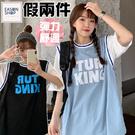 EASON SHOP(GQ2036)實拍假兩件籃球衣撞色字母印花圓領五分短袖素色棉T恤女上衣服落肩寬鬆休閒彈力