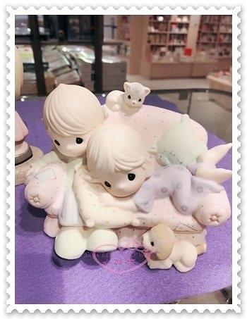 ♥小花花日本精品♥ 《precious moments》陶瓷公仔 沙發造型 狗狗 居家裝飾 日本限定 99937805