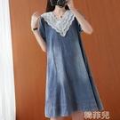 牛仔洋裝 實拍夏季新款文藝大碼韓版休閒牛仔裙淺藍V領花邊連身裙蕾絲拼接 韓菲兒