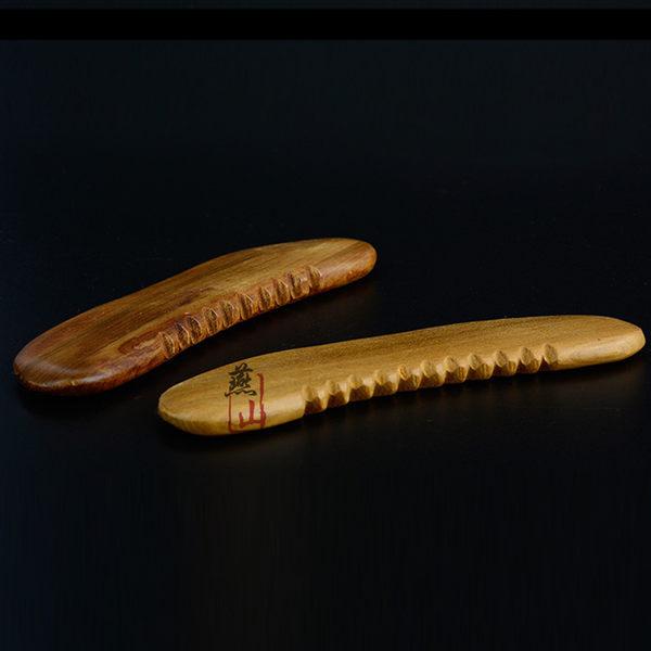 多功能木質月牙按摩器 月亮形刮痧板 弧形 帶齒 實木製【YES 美妝】