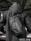 斜背包男2021新款潮小背包時尚側背包夏胸包休閒男士包包挎包男包 迷你屋