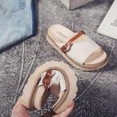 拖鞋女平跟韓版學生百搭軟底鬆糕外穿厚底室外防滑一字拖鞋     初語生活