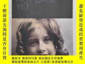 二手書博民逛書店Not罕見Dark Yet - A Personal Histo