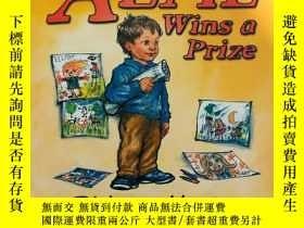 二手書博民逛書店ALFIE罕見Wins a Prize艾爾菲得獎了(平裝,英國格林威獎金牌得主Shirley Hughe插畫)