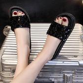 拖鞋女新款鬆糕厚底一字拖韓版時尚水鑚外穿涼拖平底沙灘鞋     初語生活