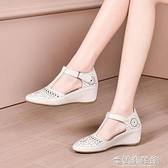 高跟涼鞋 夏季新款舒適媽媽涼鞋女軟皮包頭內增高透氣鏤空坡跟中跟女鞋 快速出貨