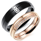 《 QBOX 》FASHION 飾品【R100N509】精緻情侶浪漫線形切割微鑲鑽鈦鋼對戒指/戒環(男/女單款)